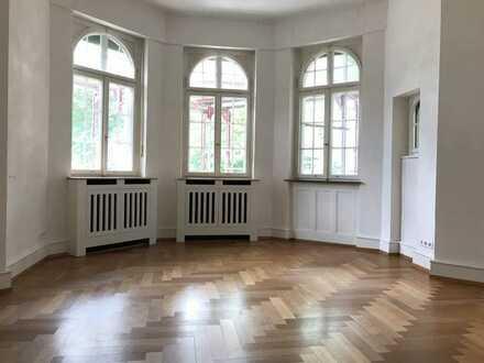 Freiburg-Wiehre: Stilvolle 3-Zimmer-Altbau-Wohnung mit Wintergarten in bester Lage