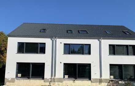 Erstbezug Nähe Klinikum: Großes modernes Reihenmittelhaus in ruhiger Wohnlage in Neusäß-Westheim