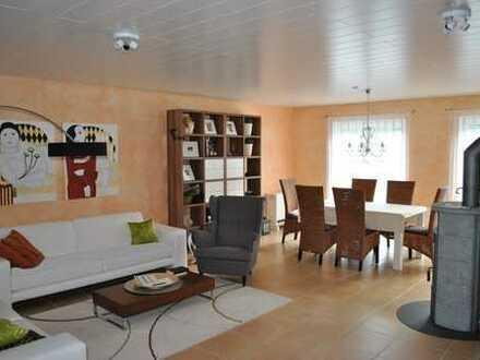 Modernes Wohnanwesen mit 2 Garagen in sonniger Lage von Schönbrunn-OT