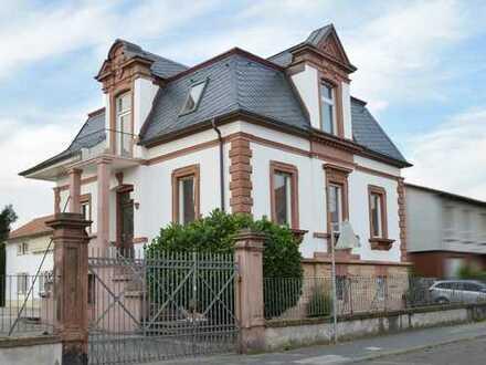 Repräsentative Sandsteinvilla mit zusätzlichem Büro-oder Praxisgebäude im Herzen von Haßloch