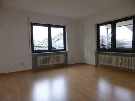 Gepflegte 4-Raum-EG-Wohnung mit 2 Balkonen in 2-Familienhaus inEppertshausen
