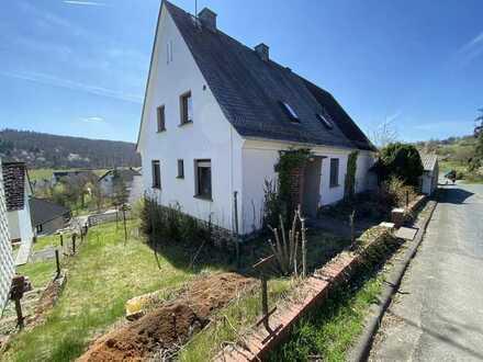 Schönes 2 Familienhaus mit großem Grundstück und 4 Garagen