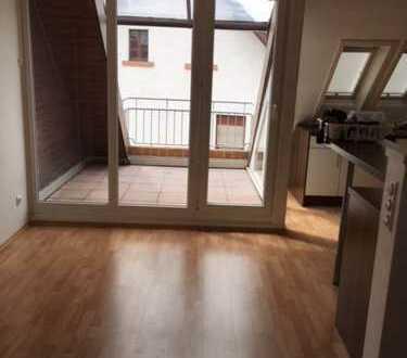 Schöne 4-Zimmer-Dachgeschosswohnung mit Balkon und Einbauküche in Schifferstadt