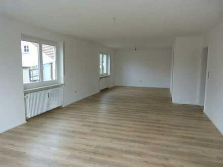 Helle Wohnung mit vier Zimmern sowie Balkon und EBK in Waldbüttelbrunn