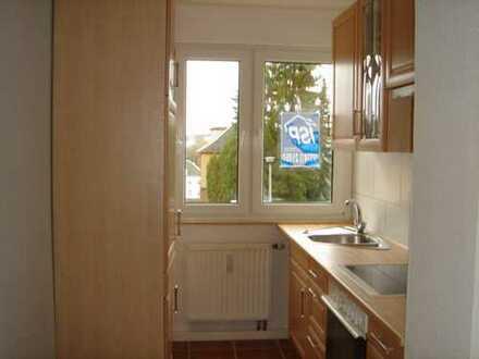 Günstige 2-Zimmer-Hochparterre-Wohnung mit Balkon und Einbauküche in Lengenfeld