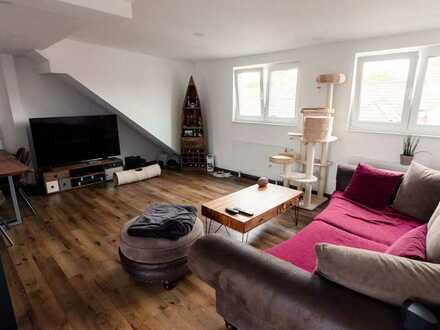 Sanierte 3-Zimmer Dachwohnung mit Bad / Küche und PKW-Stellplatz
