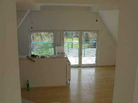 sonnige, offene Loft-Wohnung mit Balkon und Einbauküche