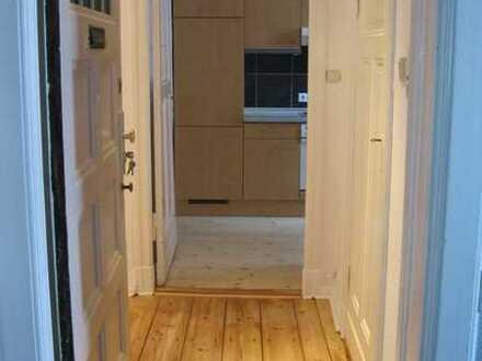 Vollständig renovierte 2 Zimmer-Wohnung mit Abgezogenen Dielen, Balkon und EBK