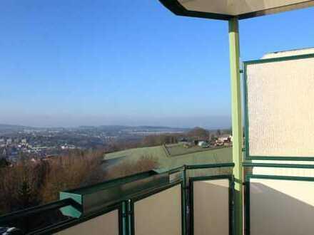 Was für ein Ausblick! Sanierte 2-Raum-Wohnung mit Balkon und Küchenzeile zum Sofortbezug