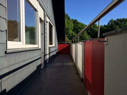 Gepflegte Dachgeschoss-Wohnung mit drei Zimmern und Balkon in Aschaffenburg