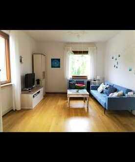 Frisch renovierte 2-3 Zimmer Wohnung mit hohen Decken und viel Charm