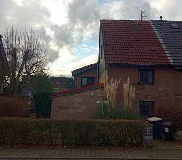 Keine Erbpacht!! Sehr schönes großes Einfamilienhaus mit Garten, 4 Stellplätze und 3 Garagen