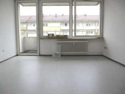 Bayreuther Straße! Helle 1-ZW, ca. 27 qm, Balkon, Laminat, 4 .OG mit Aufzug