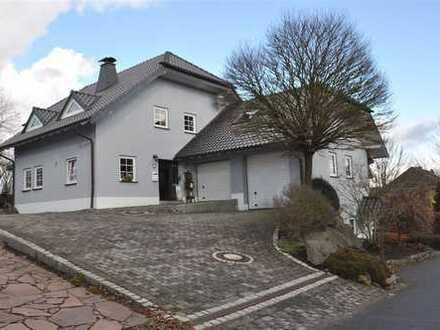 Freistehendes, bildhübsches Landhaus mit Einlieger und Doppelgaragenhaus in unverbauter Eifellage!