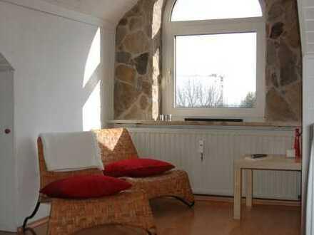 Dachgeschosswohnung mit offenem Kamin und Einbauküche