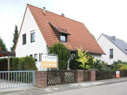STILBAU bietet an: Gemütliches Haus auf großem Grundstück mit viel Potential