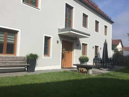 Luxuriöses Wohnen im Einfamilienhaus mit charmantem Bauerngärtchen in Ingolstadt-Gerolfing