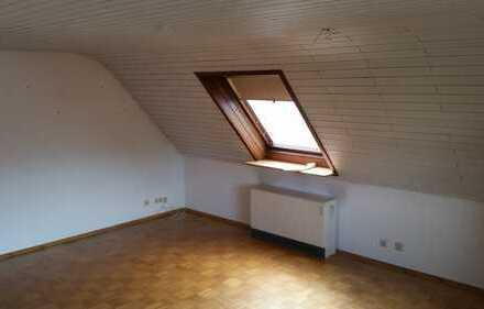 Schöne 4-Zimmer-DG-Wohnung mit Balkon und Einbauküche in