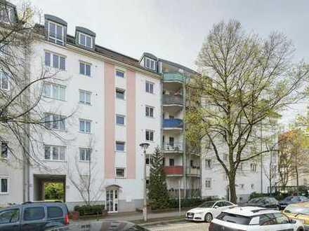 Modernisierte Wohnung mit Einbauküche, Balkon, Wannenbad mit Dusche, Parkettboden und Waschtrockner