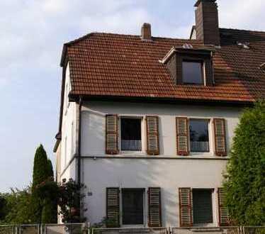 Mit Baupotential: Große Doppelhaushälfte in guter Wohnlage