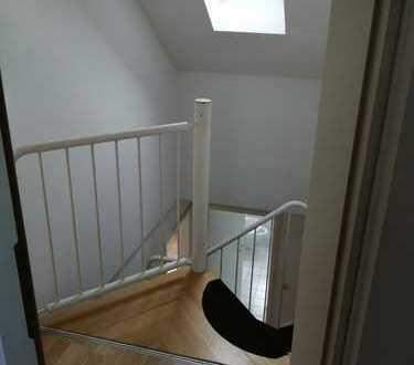 Gepflegte 4-Zimmer-Maisonette-Wohnung mit Balkon, EBK und zwei Stellplätzen in Leimen.