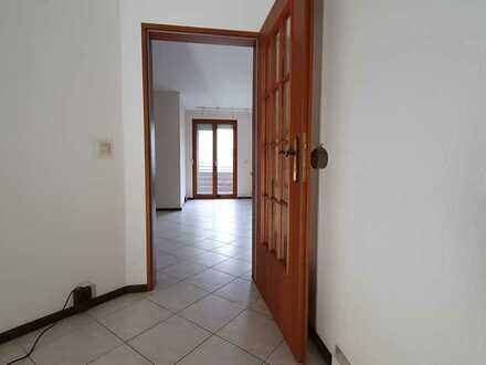 Verkehrsgünstig gelegen - Gepflegte 3-Zimmer-Wohnung mit Balkon und Garage in Egelsbach