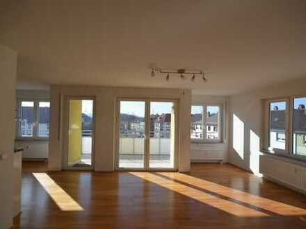 Sonnendurchflutete und neuwertige 4-Zimmer-Penthouse-Wohnung mit Balkon/Terrasse mit EBK in Mannheim