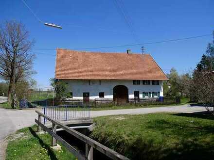 Idyllisches Bachgrundstück mit altem Bauernhaus und Weide
