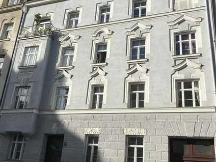 Modernisierte 4-Zimmer-Wohnung mit Balkon und EBK in Lehel