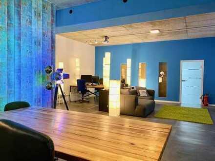 Sehr moderner Arbeitsplatz in offenem Workspace mit ausgefallenen Allgemeinflächen