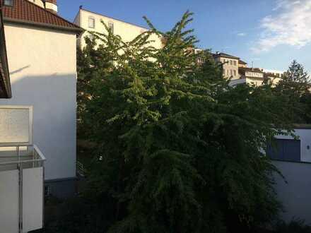 Helle 4-Zimmer-Wohnung mit 2 Balkonen und EBK (WG geeignet)