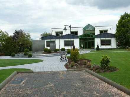 repräsentative Büroräume mit Parkplätzen für Mitarbeiter und Besucher