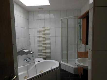 Geräumige DG- Wohnung mit EBK, Kamin , Dachterrasse und 2 Bäder