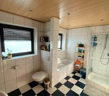 Neuwertige 3-Zimmer-Wohnung mit Südbalkon und elektrischer Markise; Traumbad