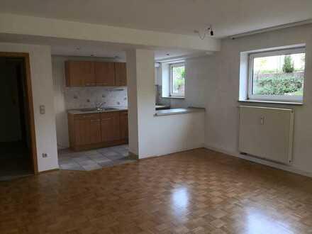 Anfragen BITTE nur per MAIL: Helle 2 Zimmer Whg. mit EBK, Terrasse und Carport