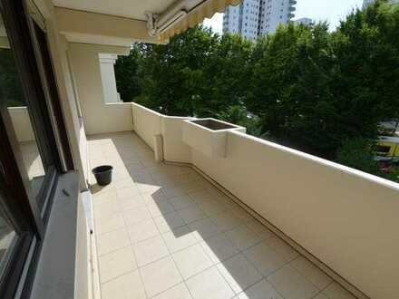 Renovierte 4-Zimmer-Wohnung mit 2 Balkonen und 2 Bädern in Regensburg Süd/Königswiesen