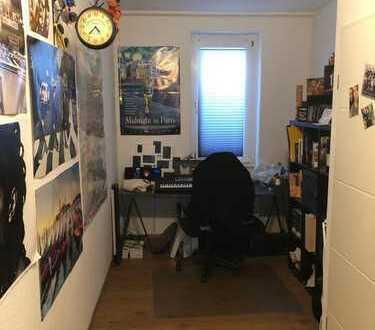 Ruhiges Zimmer mit Arbeits- und Wohnbereich in gemischter WG mit Gemeinschaftszimmer