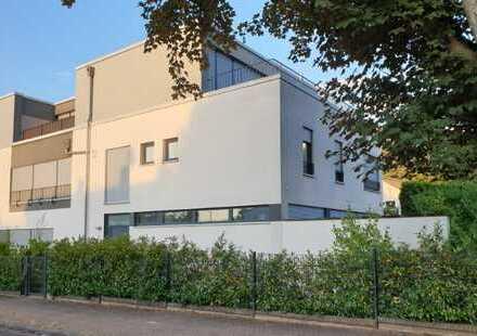 Von privat: Großzügige Bauhaus-Hälfte mit schönem Garten in Bad Vilbel/Heilsberg