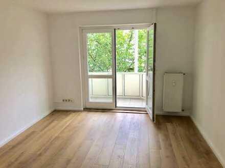 Vollständig renovierte 2-Zimmer-Wohnung mit Sonnenbalkon,Tageslichtbad und Stellplatz in Frankfurt/M