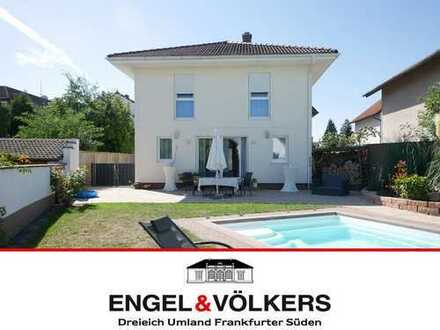 Engel & Völkers Modernes, freistehendes Haus mit Pool!