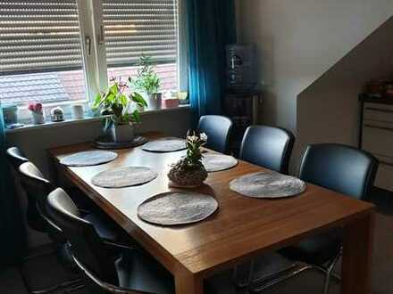 Gepflegte Dachgeschosswohnung mit drei Zimmern und EBK in Oberhausen-Rheinhausen