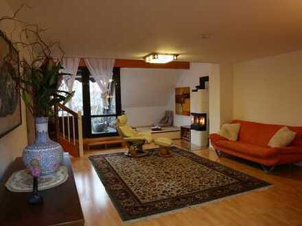 Stilvolle, modernisierte 4-Zimmer-Maisonette-Wohnung mit Balkon, Kamin und EBK in Düsseldorf