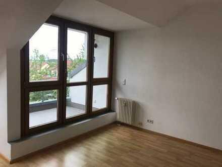 bezugsfreie, renovierte 2 Zimmer-Dachgeschosswohnung mitten im grünen Umfeld, mit Stellplatz