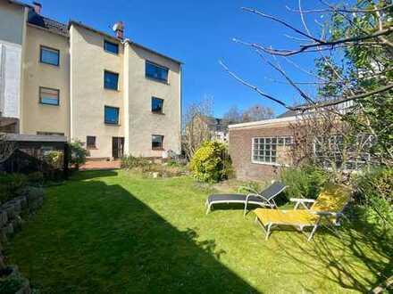 Ruhig gelegenes Mehrfamilienhaus mit schönem Garten, traumhafter Dachterrasse und 2 Garagen!