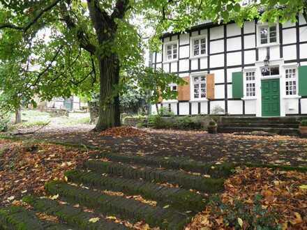 Altbau- Dachgeschosswohnung auf idyllischem Baudenkmalhof