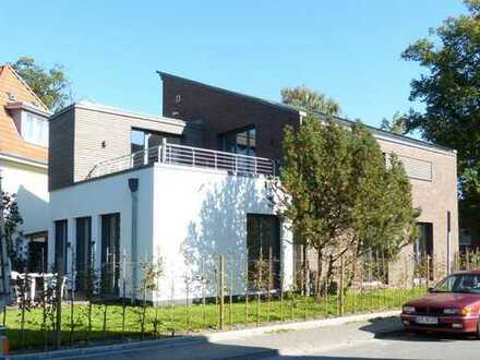 Helle Dreizimmer-Wohnung mit eigenem Garten u. Terrasse in zentrumsnaher Lage in Oldenburg (Oldbg.)