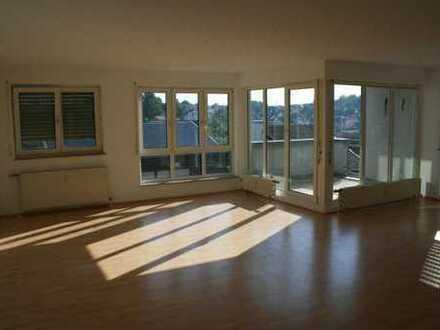 Sonnige 2 1/2 Zimmer Wohnung mit Balkon u. TG Stellpatz