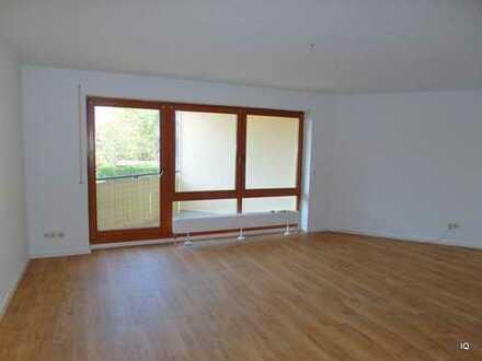 Weinböhla * Geräumige 1-Zimmer-Wohnung im 1.OG mit Balkon, offener Küche, Badewanne & PKW-Stellplatz