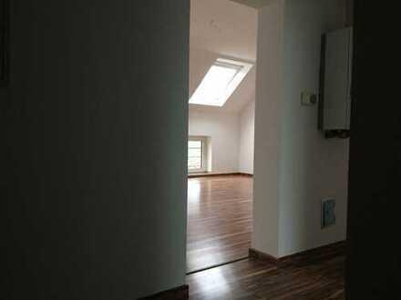 Lichtdurchflutet - schöne Dachgeschoss mit Einbauküche