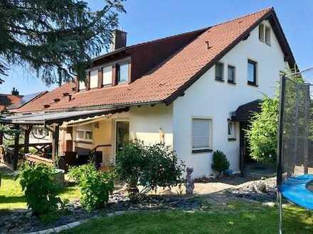 3-Familienhaus-tolle OG-Wohnung mit Balkon ist frei!